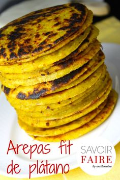 Savoir Faire: Receta de arepas de plátano con queso blanco Healthy Menu, Healthy Snacks, Columbian Recipes, My Favorite Food, Favorite Recipes, Venezuelan Food, Vegetarian Recipes, Cooking Recipes, Colombian Food