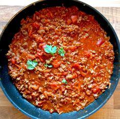 """Mange tror at det ikke er mulig å lage skikkelig digg lavFODMAP bolognese uten løk og hvitløk. Dette lager jeg ofte så det er igrunnen litt rart at jeg ikke har postet oppskrift på det her i bloggen. Siden Matbloggesntralen sin utfordring denne måneden er """"italiensk mat"""", fant jeg ut det var på tide å Low Fodmap, Bolognese, Chili, Curry, Soup, Ethnic Recipes, Drinks, Drinking, Curries"""