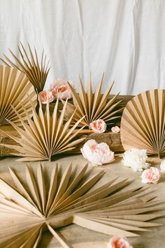 These DIY Dried Paper Palm Fronds are easy and you can make a GIANT version of them too, just like the real thing :) Diy Flowers, Paper Flowers, Paper Flower Arrangements, Palm Tree Crafts, Palm Wedding, Diy Lampe, Decoration Vitrine, Diy And Crafts, Paper Crafts