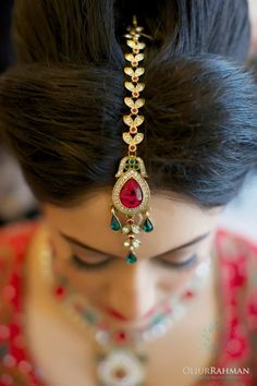 Exquisite gold and jeweled hair ornamentation.