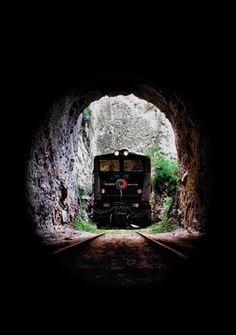 02 - Para los amantes de las emociones fuertes, el trayecto en tren por la colina La Nariz del Diablo, desde Riobamba a Alausí o viceversa, en Los Andes de Ecuador, ofrece a sus pasajeros un insólito trayecto en el que la locomotora avanza en zigzag. La travesía, que pasa por una colina de roca casi vertical, brinda a sus pasajeros un paisaje rodeado de montañas, enormes rocas, amplias zonas de sembrados y frondosa vegetación.    En el viaje hay 98 curvas y se atraviesan varios ríos