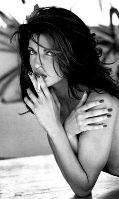 Stephanie Seymour by Sante d' Orazio Stephanie Seymour, People Smoking, Smoking Ladies, Girl Smoking, Smoking Room, Claudia Schiffer, Pretty People, Beautiful People, Beautiful Women