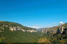 Causse Noir et Causse Méjean-01 - La vallée de la Jonte, séparant les plateaux calcaires du Causse Noir (à gauche) et du Causse Méjean (à droite) Lozère, France
