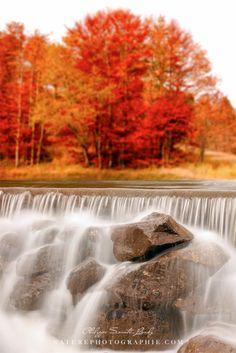 Une jolie cascade dans les Vosges ! Une photo prise en automne dans les Vosges pas très loin de Gérardmer avec un beau flou automnal en arrière-plan ;)