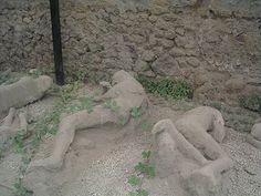 Tulivuoren purkauksessa hautautuneista ihmisistä tehtyjä kipsivaloksia Pompeijissa. (Kuva: Sören Bleikertz)