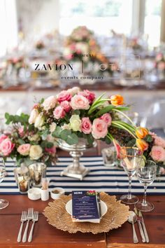 Stunning wedding table, black, white, geometric, gold, roses, tulips, wood tables, silver, navy blue, asymmetric flowers, wedding flowers and decor décor, tulip wedding. white wedding. Best wedding ever, wedding day, bride, happy bride. gold under plate