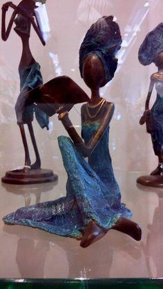 Bronzen beeldjes uit Afrika, in wereldwinkel Amsterdam