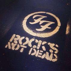 ROCKS NOT DEAD, Foo Fighters, 2014   OMG  I FREAKING LOVE  THEM!