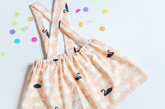 Tutorial de costura fácil para hacer una falda de niña con tirantes. No necesitas patrones.