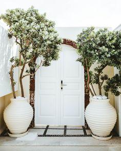 Patio Interior, Interior Exterior, Exterior Design, Exterior Homes, Tropical Home Decor, Tropical Houses, Outdoor Spaces, Outdoor Living, Santorini House