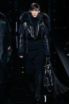 See all the Collection photos from Balmain Autumn/Winter 2017 Menswear now on British Vogue Fashion Week Paris, Runway Fashion, High Fashion, Fashion Show, Mens Fashion, Fashion Design, Guy Fashion, Winter Fashion, Christophe Decarnin