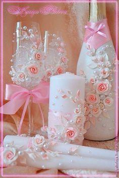 Garrafas, tulipas e velas decoradas