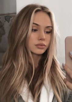 If you want to try blonde, go for a dark blonde balayage. a perfect hair option for those girls who want to try blonde in a subtle manner. Dark Blonde Balayage, Blonde Streaks, Natural Blonde Hair With Highlights, Halo Highlights, Blond Hair With Lowlights, Chunky Highlights, Beige Blonde, Balayage Highlights, Blonde Color