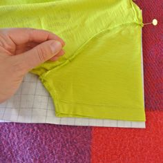 Sew T-Shirt Teken zelf een T-Shirt NaaiPatroon – Sew Natural Workshops Easy Sewing Projects, Sewing Hacks, Sewing Tutorials, Sewing Patterns, Sewing Ideas, Techniques Couture, Sewing Techniques, Sewing Clothes, Diy Clothes