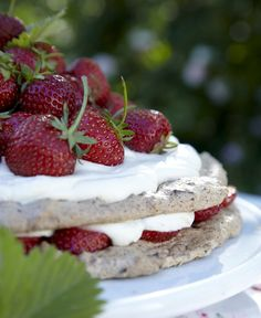 sommerdessert med friske jordbær og søde makronbunde,