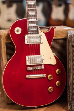 Gibson Custom 1958 Les Paul Standard Plain Top Viking Red VOS (Serial From Gibson:For over 20 years Gibson Custom has been carrying on their legacy of American craftsmanship and human ingenuity. Guitar Logo, Music Guitar, Cool Guitar, Ukulele, Guitar Pins, Guitar Amp, Red Electric Guitar, Gibson Guitars, Fender Guitars