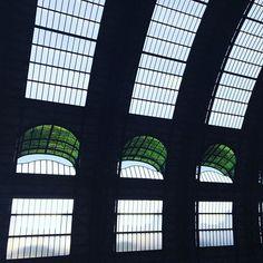 #architecture #milanocentrale . . . #milano #lombardia #igerslombardia #igersmilano #volgomilano #volgolombardia #people  #visitmilano #yallersitalia #amateurs_shot  #ig_Milano #italia_inunoscatto #vivo_italia #loves_landscape #loves_italia #pocket_italy #travel #travelingram #allavecchiamaniera