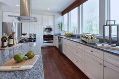 Cocina blanca con tope de granito gris