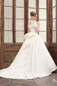 オートクチュールのミカドサテンのオフショルだーウェディングドレス。ヒップのリボントレーンは2WAY|AN0700