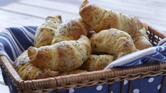 Hidden Valley Ranch Crescent Rolls - You won't believe how yummy these taste! Change it up by using any powdered dressing mix.italian, garlic, etc. Or make a dessert out of it by using cinnamon and brown sugar! Quick Recipes, Quick Easy Meals, Pork Recipes, Veggie Recipes, Cooking Recipes, Recipies, Bread Recipes, Crescent Roll Recipes, Crescent Rolls