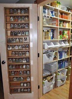 Esta despensa tiene espacio para  organizar mucha comida y cocinar los ingredientes. También es muy grande.