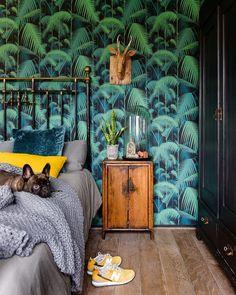 Exotisch behang gecombineerd met echte planten en natuurlijke materialen.