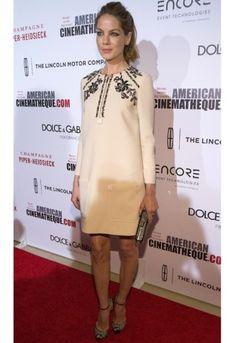 Eenvoud siert: Michelle Monaghan in crèmekleurige jurk van Miu Miu