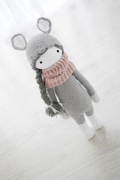 Kira z warkoczem-szara (proj. Lollipop), do kupienia w DecoBazaar.com
