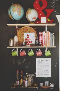 Étagère ouverte pour l'aménagement d'un coin bar dans la cuisine  http://www.homelisty.com/etageres-ouvertes-cuisine/