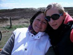 Das Foto zeigt meine Mutter und mich bei einem Ausflug auf Sylt. Es war ein sehr schöner Tag und es erinnert mich an unsere Fahrradpause mit einem Glas Rotkäppchen Sekt.