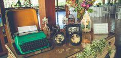 A decoração de casamento pode sair muito cara, por isso algumas atitudes devem ser tomadas. Saiba agora as 10 dicas para você economizar na sua decoração.