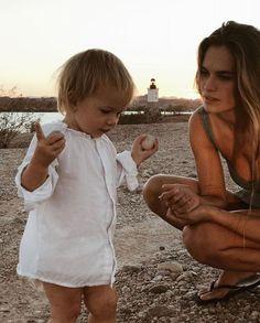 Melinda and baby angel eyes on the beach Cute Family, Baby Family, Family Goals, Family Life, Lil Baby, Baby Kids, Cute Kids, Cute Babies, Beach Babies