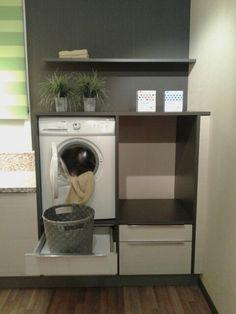 De wasmachine en droger een stukje hoger plaatsen.