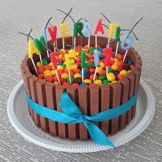 Bolo de chocolate com recheio de brigadeiro decorado com Kit Kat e M&M. Serve até 20 fatias. Velas não incluídas.