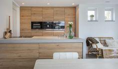 Kunststof houten keuken met alu greeplijst, betonnen blad en miele inbouwapparatuur