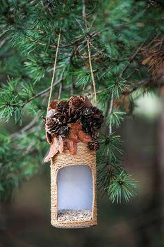Vogelhäuschen mit Zapfen und Herbstblättern verzieren, mit Samen befüllen, DIY Idee für Kinder und Erwachsene