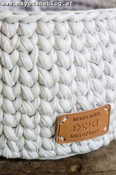 DIY Häkelkörbchen im Strickstich mit Anleitung Panier de bricolage au point de tricot avec instructions crochet # # Häkelanleitung Diy Crochet Basket, Crochet Diy, Style Charleston, Tricot Simple, Tshirt Garn, Lace Weave, Homemade Crafts, Knitting Stitches, Textiles