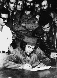 Comandante Ernesto Che Guevara - the Argentine-Cuban guerrilla fighter, revolutionary leader,. Che Guevara Quotes, Che Guevara Images, Ernesto Che Guevara, Portrait Wall, Fidel Castro, Guerrilla, Popular Culture, Vinyl Art, Revolutionaries