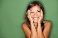 El poder de una simple sonrisa. La sonrisa debería ser un elemento más de nuestro vestuario.Habría que salir de casa con ella puesta.Ofrecérsela a las personas que se crucen en nuestro camino.La risa es innata al ser humano, no necesitamos aprenderlo. Reírnos inteligentemente a los 4 meses de edad. Pero...Cada vez más reímos menos. Un niño/a de 6 a 10 años se ríe alrededor de 300-400 veces al ... [seguir leyendo en http://blog.fatimabril.es/2013/06/el-poder-de-una-simple-sonrisa.html]