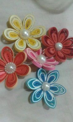 This video is about how to make the petal of a flower using a hair comb. The original idea of using the hair comb for this type of quilling combing is originally from Anastasia Wahalatantiri. She created leaves using this technique but I made flowers inst Paper Quilling Cards, Paper Quilling Tutorial, 3d Quilling, Paper Quilling Designs, Quilling Jewelry, Quilling Flowers, Quilling Patterns, Paper Flowers, Bees For Kids