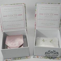 Caixa para gravata de padrinhos e brincos de madrinhas - Petra Atelier Petra, Place Cards, Container, Gift Wrapping, Place Card Holders, Gifts, Wedding, Wedding Wishes, Atelier