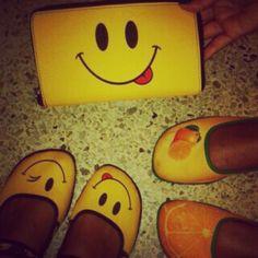 María Andreina con las Chocolaticas y portamonedas Smile y las Chocolaticas Naranja. #Smile #Naranja #Chocolaticas #Portamonedas #Talentovenezolano #Venezuela #Diseñovenezolano #HCD #HotChocolateDesign