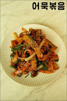 매콤 어묵볶음 만들기~ 밥도둑이 따로없네! 오랜만에 집밥먹고싶다는 동생~반찬 뭐 만들어줄까? 하다가 냉... Korean Side Dishes, Easy Cooking, Cooking Recipes, Best Korean Food, Onigirazu, Healthy Plate, K Food, Asian Recipes, Ethnic Recipes