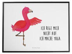 Schreibtischunterlage Flamingo Yoga aus Kunststoff  Schwarz - Das Original von Mr. & Mrs. Panda.  Die Schreibtischunterlage wird in Deutschland exklusiv für Mr. & Mrs. Panda gefertigt und ist aus hochwertigem Kunststoff hergestellt. Eine ganz tolle Besonderheit ist die einzigartige Einlegelasche an der Seite, mit der man das Motiv kinderleicht gegen andere Motive von Mr. & Mrs. Panda tauschen kann.    Über unser Motiv Flamingo Yoga  Flamingos sind das Sommermaskottchen schlechthin. Wenn wir…