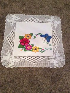 This Pin was discovered by Mer Filet Crochet, Crochet Doilies, Crochet Hats, Embroidery Patterns, Crochet Patterns, Cross Stitch Flowers, Chrochet, Baby Blanket Crochet, Origami