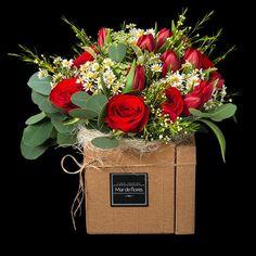 Bouquet de Rosas rojas aterciopeladas y Tulipanes en deliciosa caja. La mejor forma de conquistar..... https://www.mardeflores.com/es/producto/amalfi