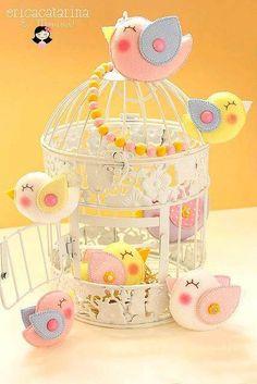 Vintage bird cage with felt birds Bird Crafts, Felt Crafts, Diy And Crafts, Theme Bapteme, Bird Party, Bird Theme, Felt Birds, Toy Craft, Felt Diy