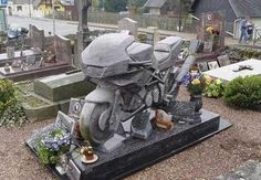 Weird but True: Strange and Unusual Tombstones Cemetery Statues, Cemetery Headstones, Old Cemeteries, Cemetery Art, Graveyards, Cemetery Monuments, Angel Statues, Unusual Headstones, Bizarre Photos