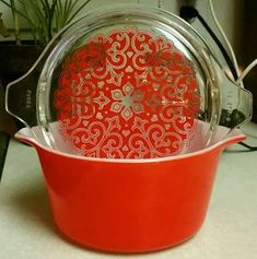 Vintage Kitchen Vintage Pyrex Celtic Hearts Casserole Dish More - Vintage Pyrex is highly collectible and comes in many colorful patterns. Find out which Pyrex dishes you need, including a timeline of Pyrex history. Vintage Pyrex Dishes, Antique Dishes, Vintage Kitchenware, Vintage Bowls, Vintage Glassware, Plywood Furniture, Pyrex Display, Rare Pyrex, Pyrex Casserole Dish