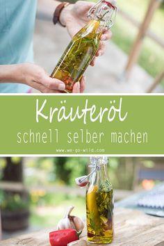 So kannst du schnell dein Salatdressing selber machen. Das selbstgemachte Gewürzöl ist gesund und kalorienarm. Wir haben für dich ein schnelles Rezept zum Kräuteröl selber machen. #diy #kräuteröl #gewürzöl #hausgemacht #rezepte